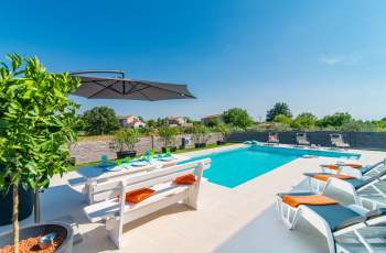 Modern 3 bedroom villa with pool / Florentina